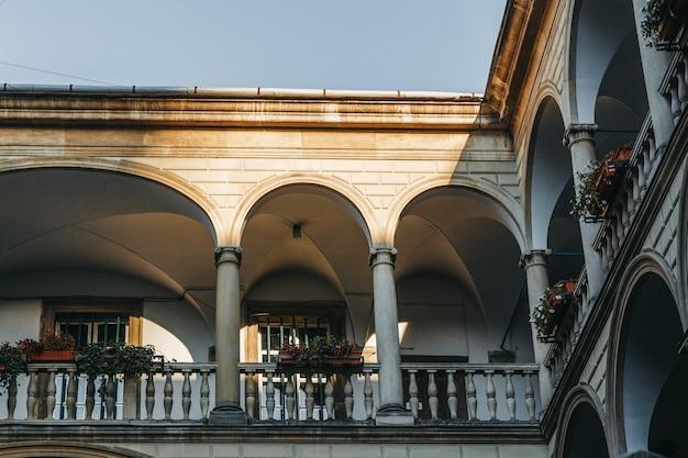 Balcon de la cour italienne à lviv tourné en gros plan.