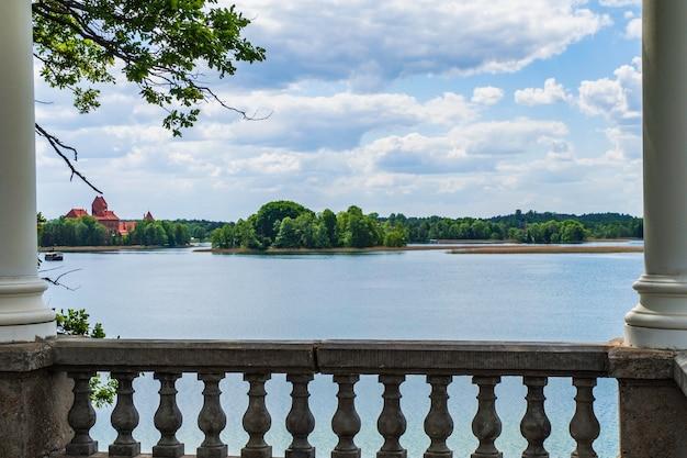 Balcon du domaine du manoir uzutrakis et vue sur le château de l'île de trakai.