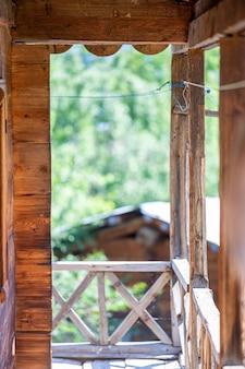 Un balcon improvisé en bois. une terrasse en bois.