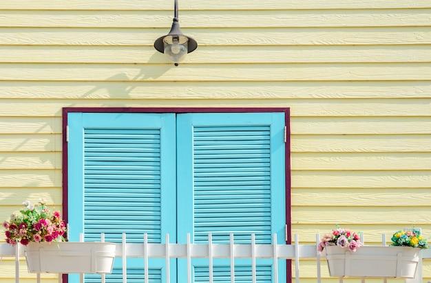 Balcon sur mur de bois jaune