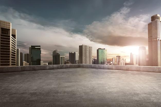 Balcon sur le toit avec paysage urbain