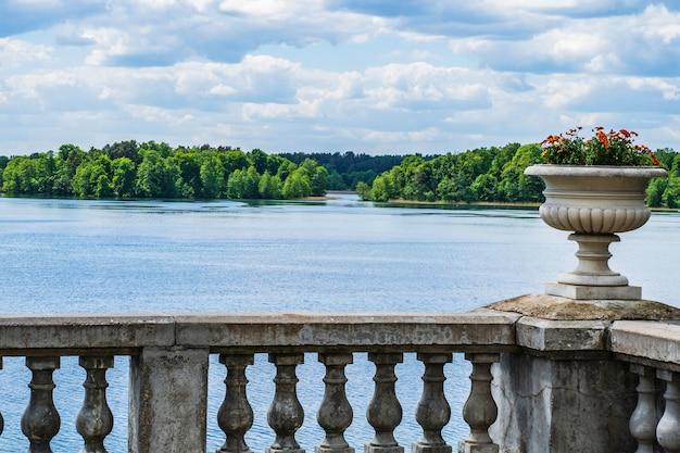 Balcon uzutrakis manor estate et la vue sur le lac.