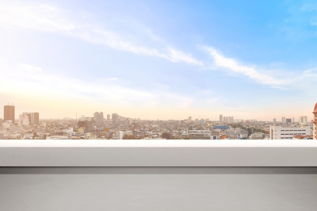 Balcon vide avec des paysages urbains modernes et fond de ciel bleu
