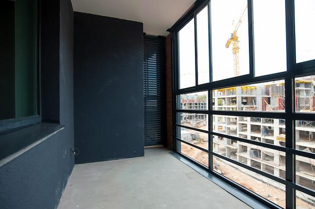 Balcon vitré et plâtre décoratif dans la nouvelle maison