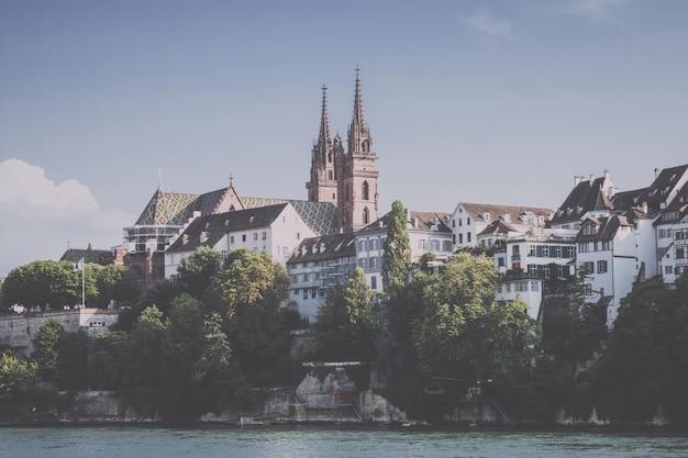 Bâle, suisse - 23 juin 2017 : vue sur la ville de bâle et le rhin. paysage d'été, temps ensoleillé, ciel bleu et journée ensoleillée