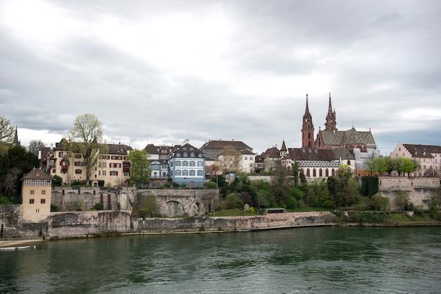 Bâle, suisse. rhin et cathédrale de munster, cité médiévale de la confédération suisse