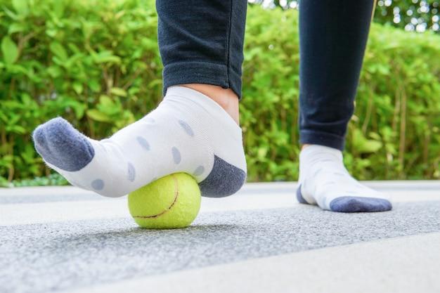 La balle appliquera une pression sur l'endroit douloureux et augmentera la procédure.