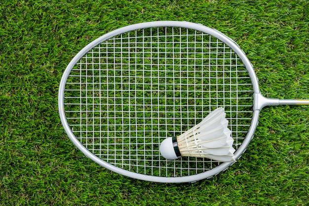 Balle de badminton et raquette sur l'herbe