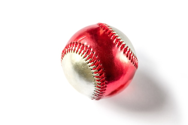 Balle de baseball rouge et argent isolé sur fond blanc