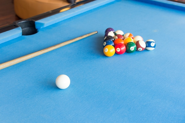Balle de billard coloré sur la table de billard