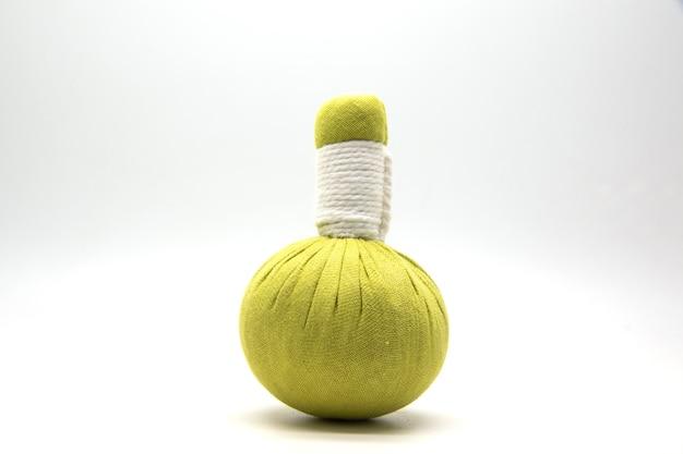 Balle de compresse verte sur blanc.