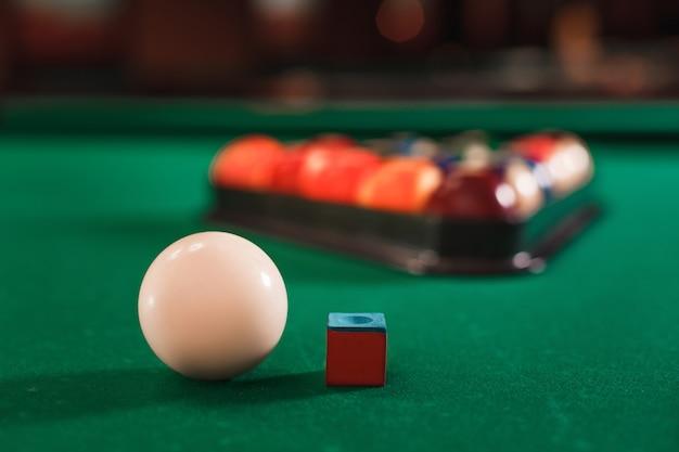 Balle et craie sur la table de billard.