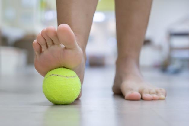 La balle exercera une pression sur le point douloureux et augmentera la procédure.