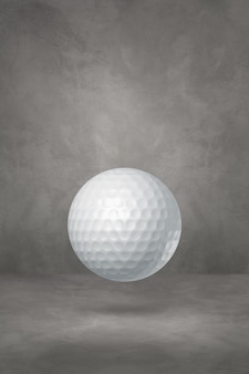 Balle de golf blanche isolée sur un fond de studio en béton. illustration 3d