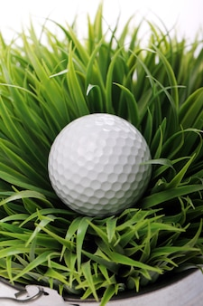 Balle de golf dans l'herbe