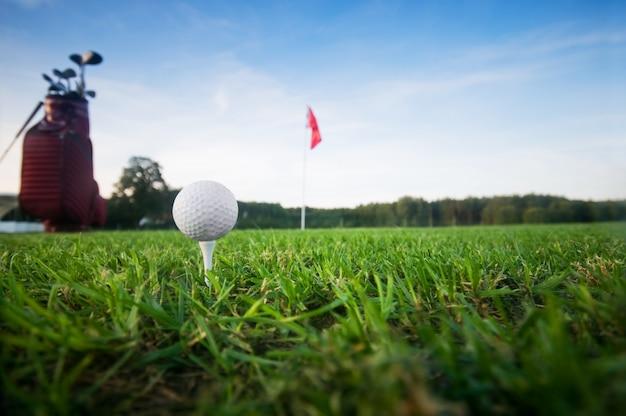 Une balle de golf et le drapeau