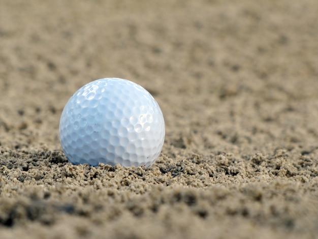 Balle de golf sur le green