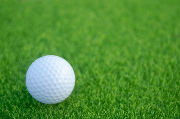 Balle de golf sur l'herbe verte prête à jouer au terrain de golf