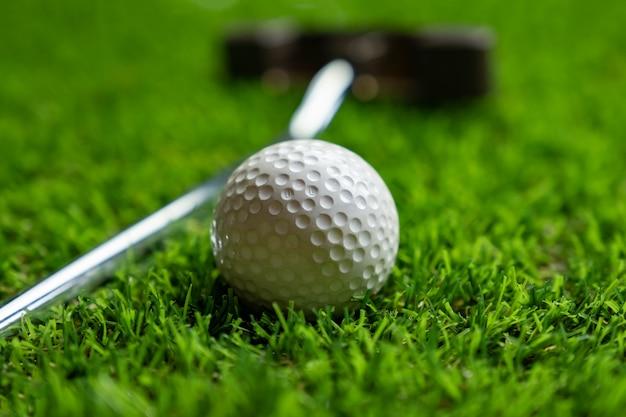 Balle de golf sur l'herbe