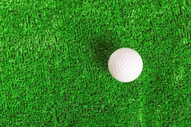 Balle de golf sur la pelouse
