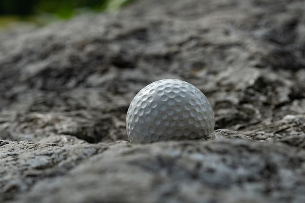 Balle de golf sur rocher