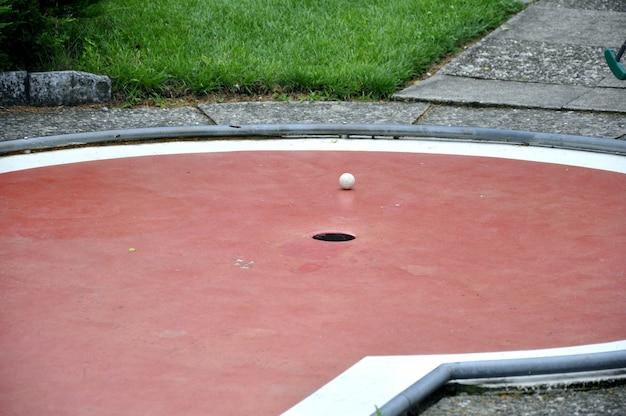 Balle de golf très proche du trou