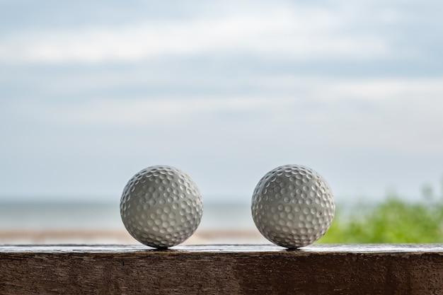 Balle de golf avec vue sur la mer