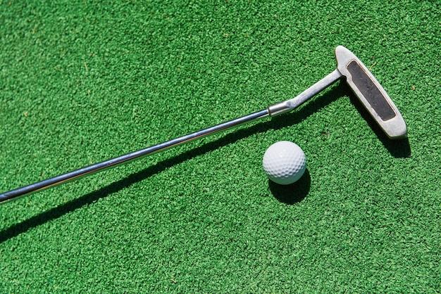 Balle de mini-golf sur gazon artificiel. jeu de saison d'été