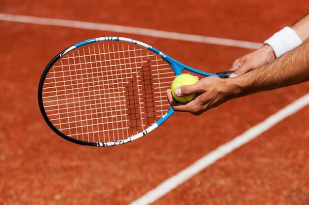 Balle de service. gros plan, de, joueur tennis masculin, servir, balle