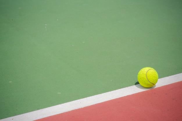Balle de tennis sur la cour
