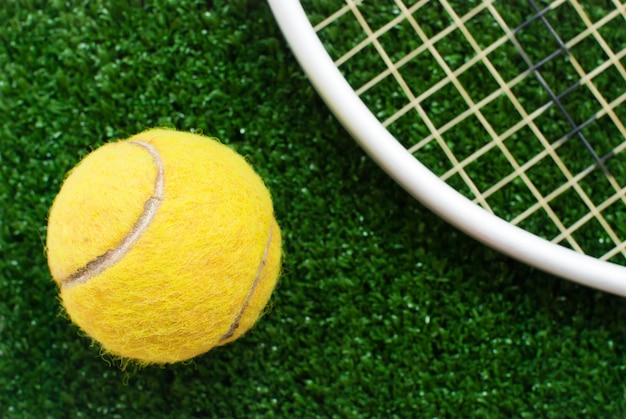 Balle de tennis sur le court