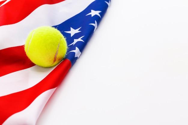 Balle de tennis sur le drapeau américain