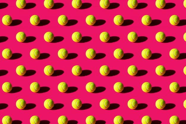 Balle de tennis avec une forte ombre sur rose