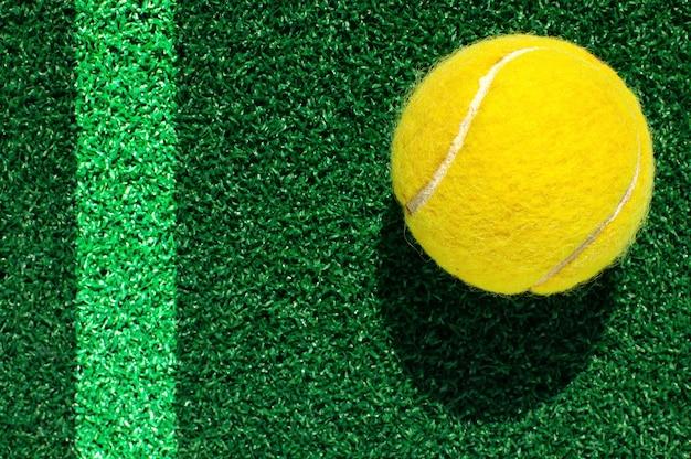 Balle de tennis sur l'herbe