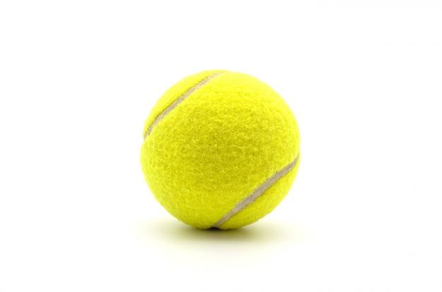 Une balle de tennis isolée.