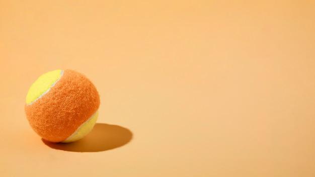 Balle de tennis minime nature morte avec copie-espace