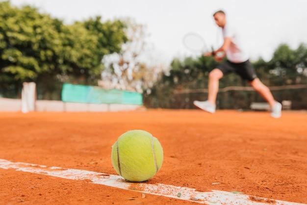 Balle de tennis pose sur le sol