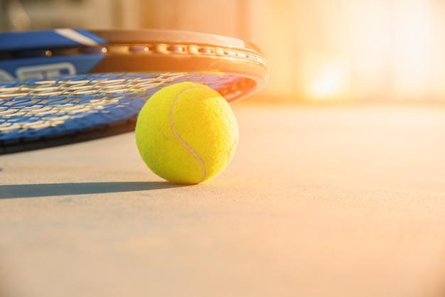 Balle de tennis et raquette