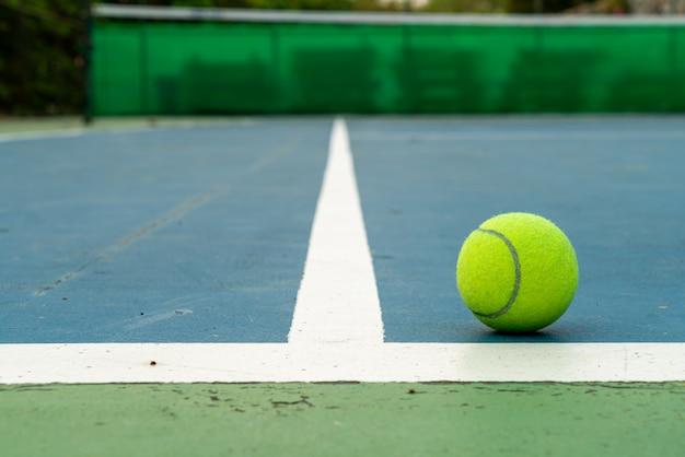 Balle de tennis sur le terrain
