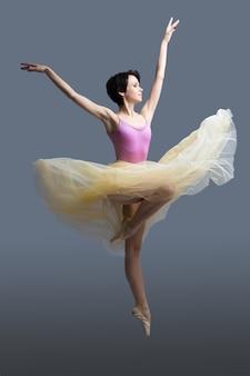 Ballerina danse sur un gris