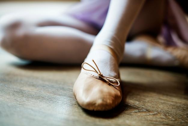 Ballerina girl tie chaussures concept