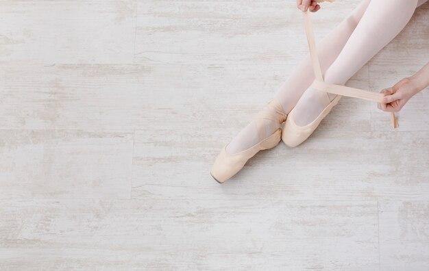 Ballerina met des chaussons de pointe, des jambes gracieuses