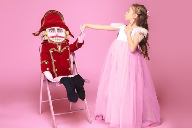 Ballerine de beauté avec casse-noisette sur rose