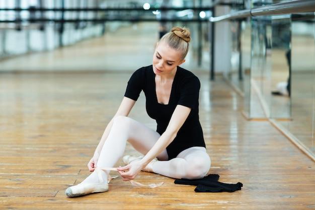 Ballerine en chaussons de pointe dans la salle de danse