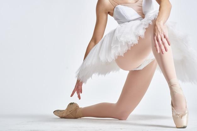 Ballerine dans une danseuse de tutu blanc