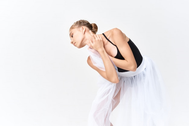 Ballerine danse ballet femme sur une surface lumineuse en studio