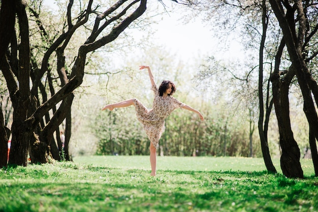 Ballerine femme dans un jardin fleuri. rose. ballet. portrait de danseuse en plein air. mode et style
