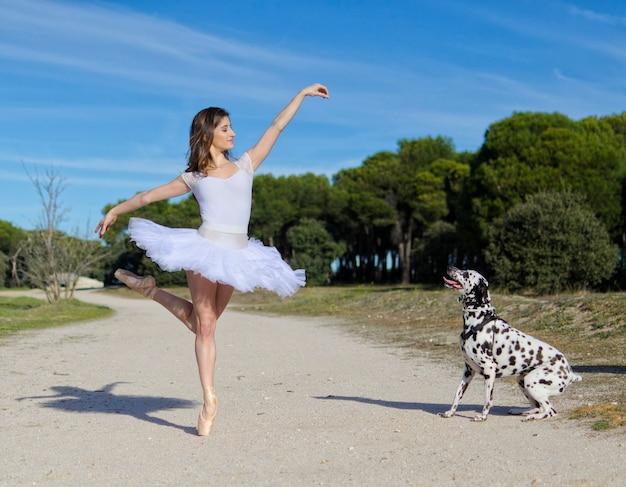 Ballerine pose avec un chien