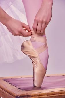 Ballerine professionnelle mettant ses chaussures de ballet