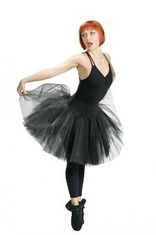 Ballerine rouge portant un tutu noir